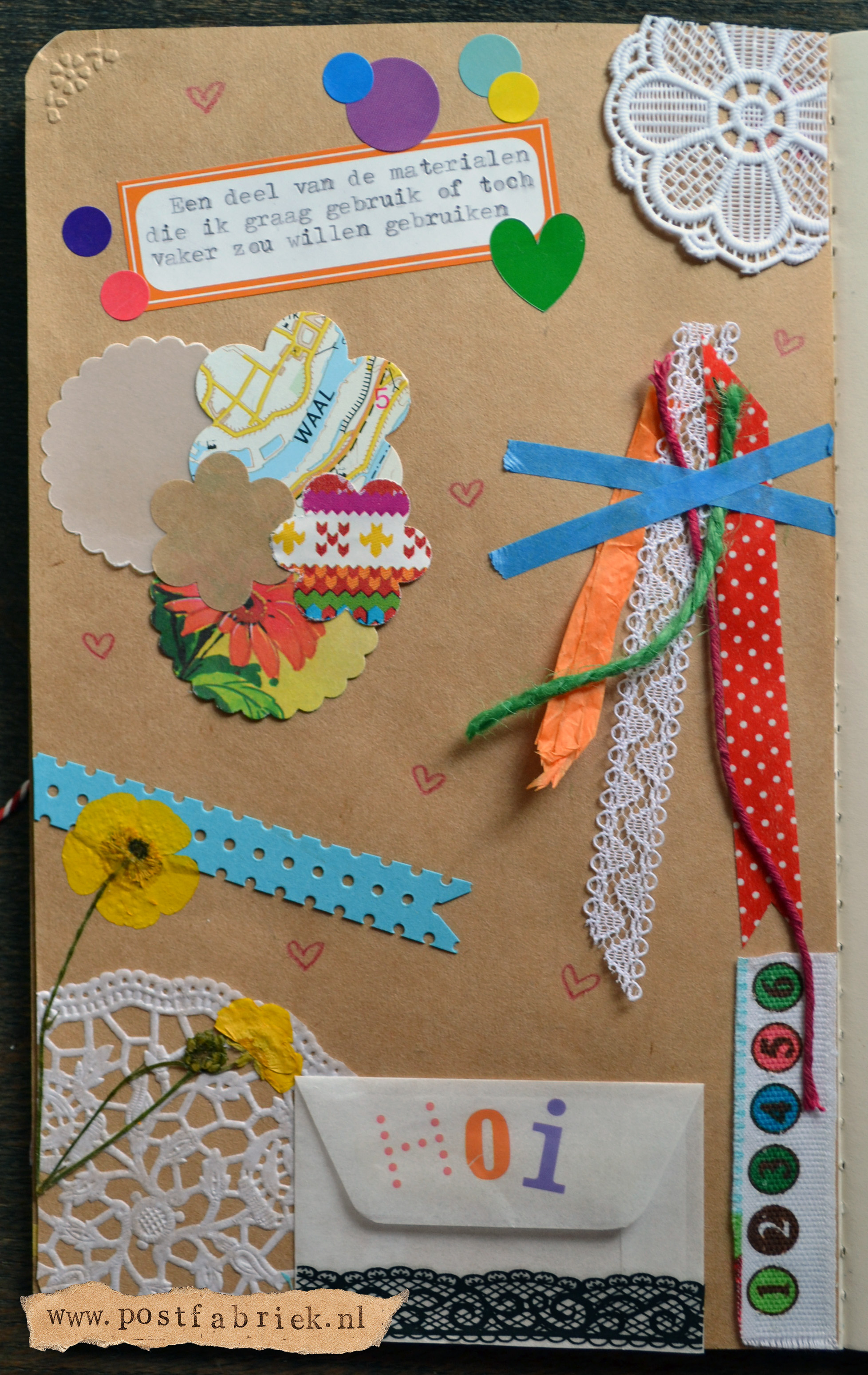 Ruchama laat in haar boekje zien welke materialen ze mooi vindt.