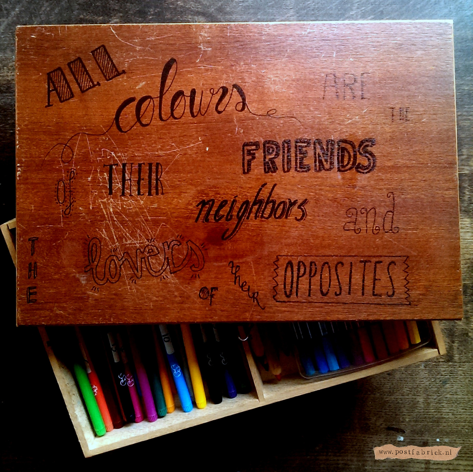 Als je eenmaal het hand lettering virus hebt, wil je alles beschrijven! Zo kreeg ook mijn oude tekenkistje (met mijn stiften voor mijn kleurboeken) een mooie quote!