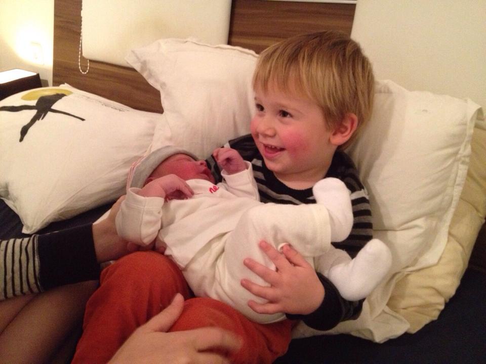 Grote broer Noah met zijn kleine broertje Olivier