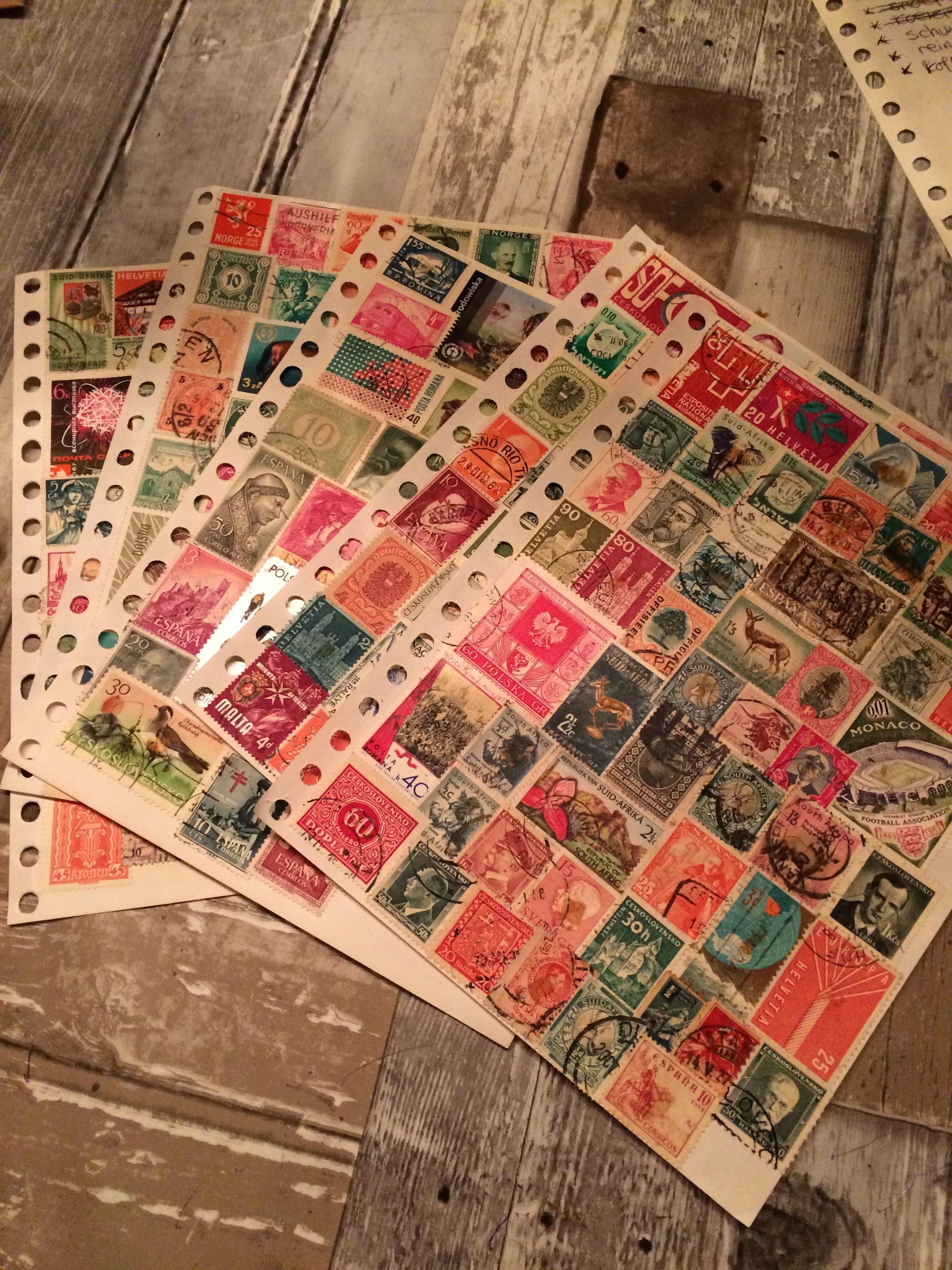 de vellen met postzegels die Sierou kreeg