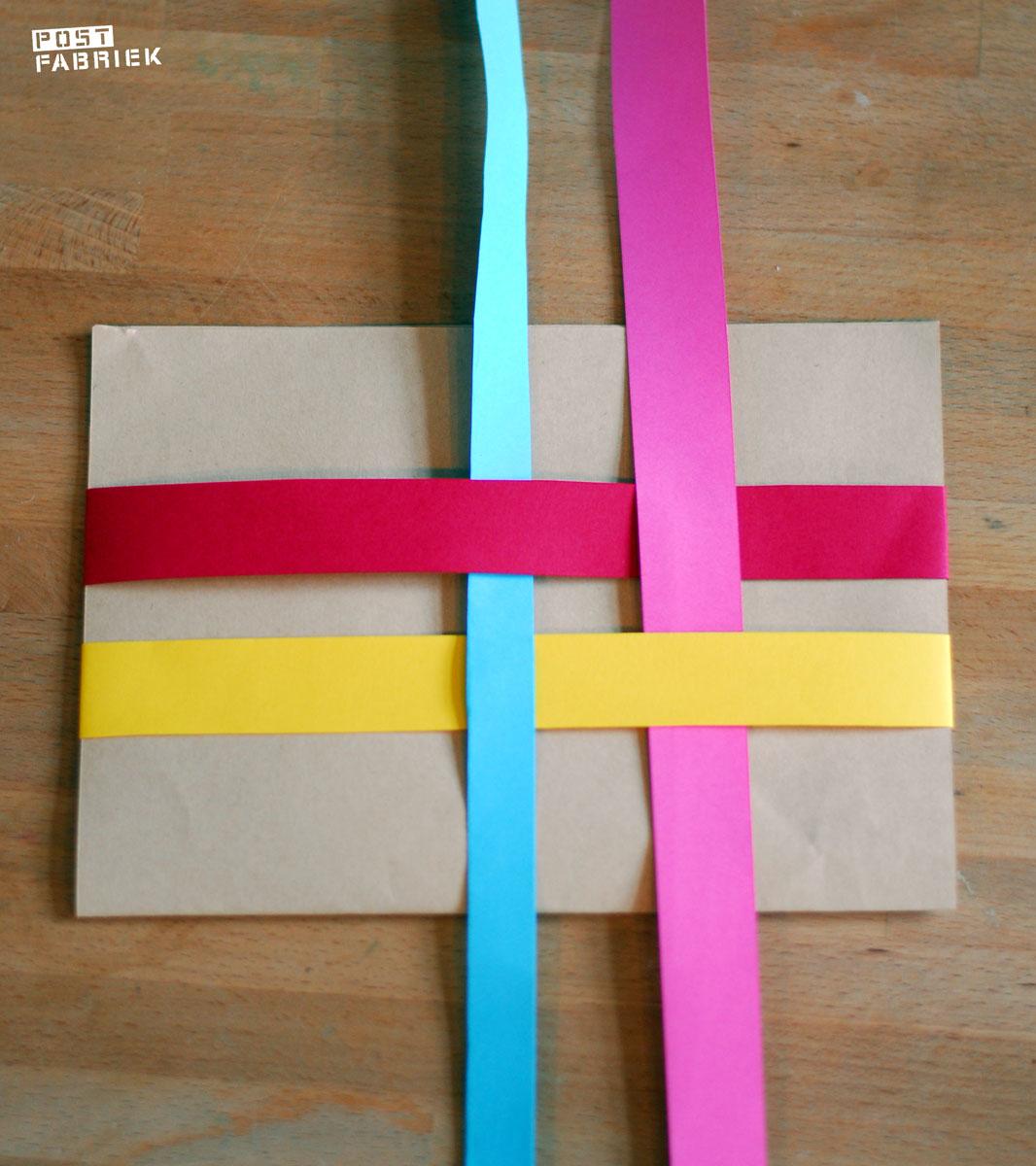 Gevlochten stroken papier om een brief