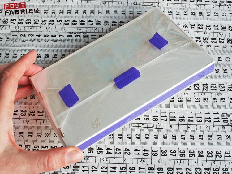 Om de inhoud van het pakketje tijdens de reis naar de ontvanger te beschermen, pakte ik de binnenkant van het doosje in met doorzichtige folie.