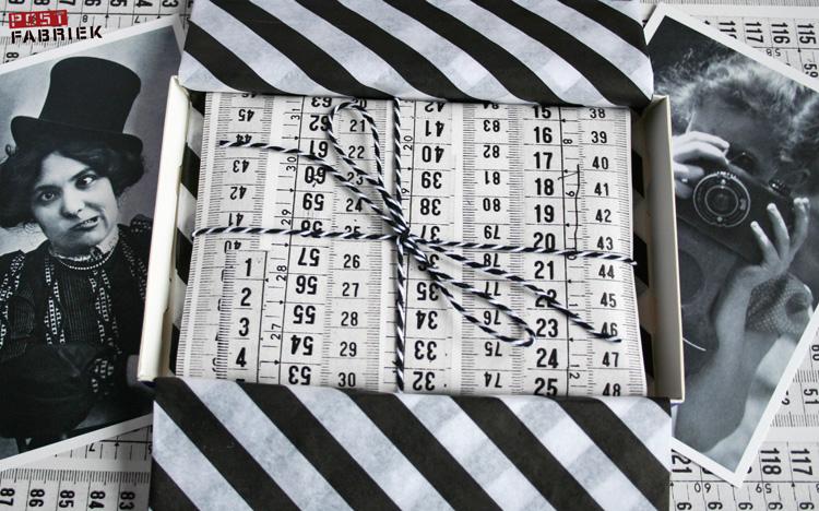 Dit brievenbuspakketje is helemaal in zwart/wit thema. Een Toffifee doosje bekleed met zijdepapier van de Papershop van IKEA, daarin een brief verpakt in cadeaupapier van housedoctor en een touwtje van HEMA er omheen gebonden. De kaartjes op de foto komen uit de KIEK serie van BIRI.