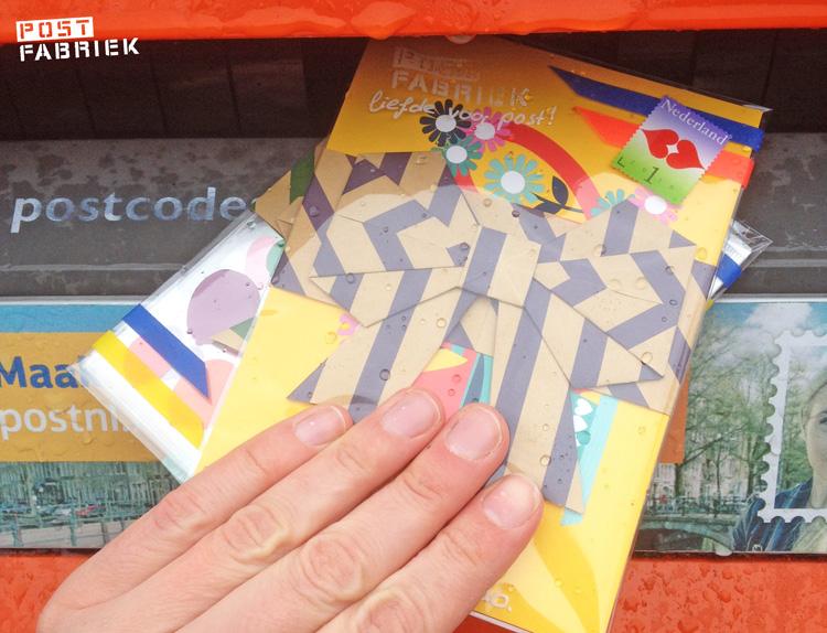 Een gevouwen strik om je post mee samen te binden.