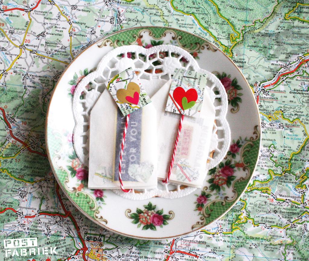 Vouw zelf theezakjes van bakpapier en gebruik ze als cadeauverpakking.