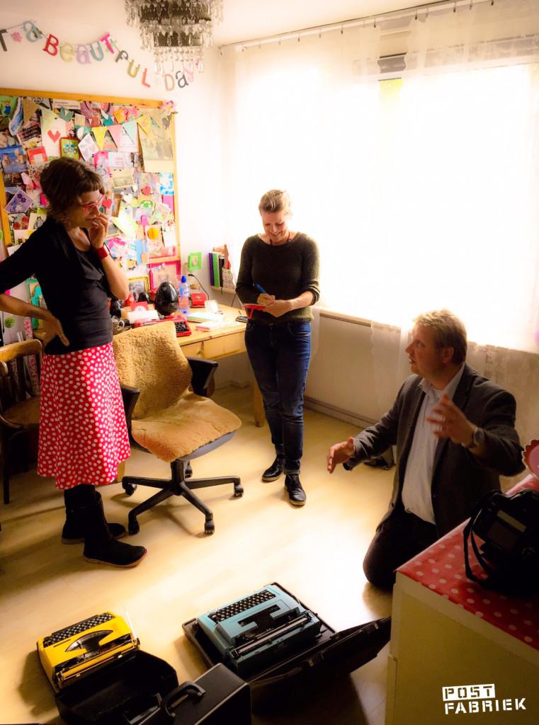 Nienke van de Postfabriek in gesprek over typemachines met fotograaf Frans Nikkels terwijl Britt van Uem alvast aantekeningen maakt.