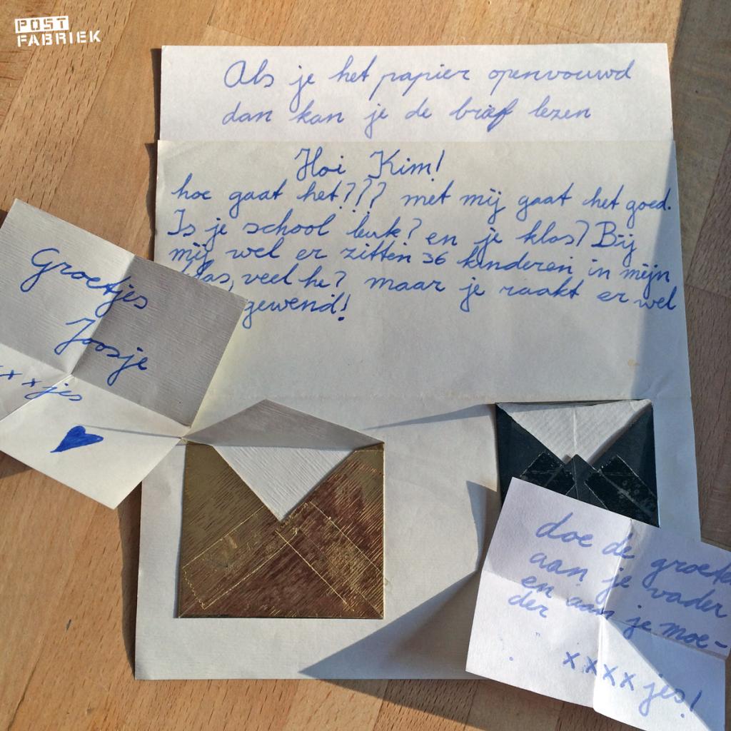 Een brief met kleine briefjes verstopt in zelfgevouwen envelopjes