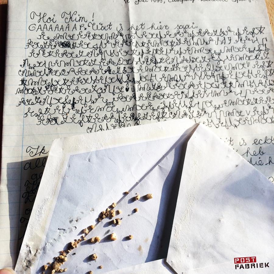 Een brief vanaf een vakantie-adres in geheimtaal en met steentjes van de vakantiebestemming