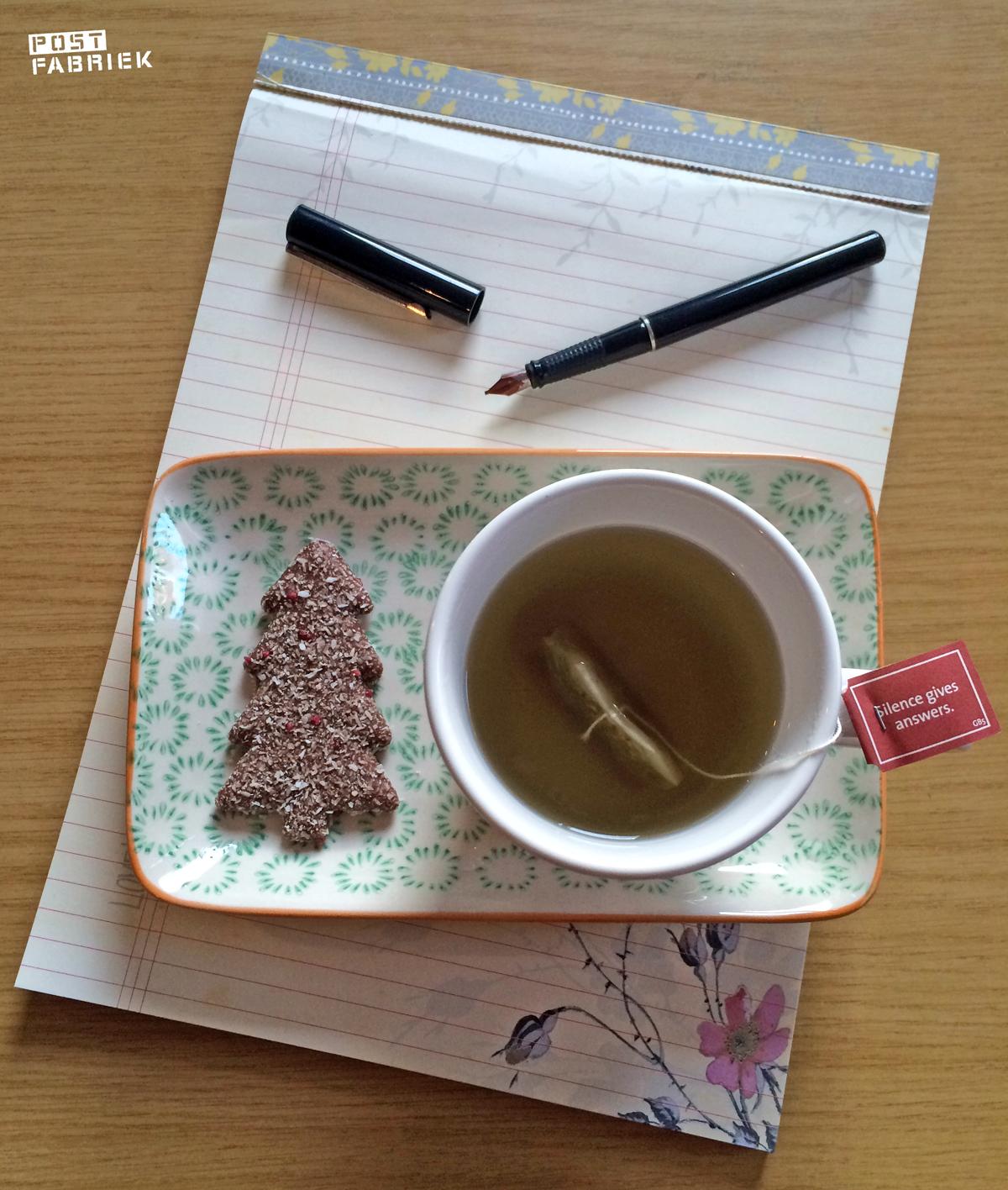 Installeer je met een kop thee, iets lekkers, pen en papier en schrijf mee