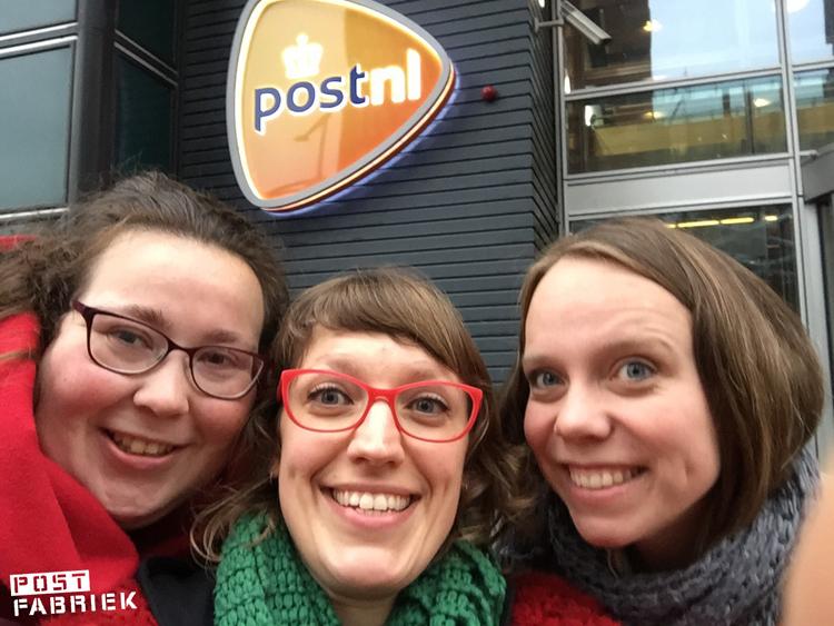 Ruchama, Nienke en Kim bij de ingang van PostNL in Den Haag.