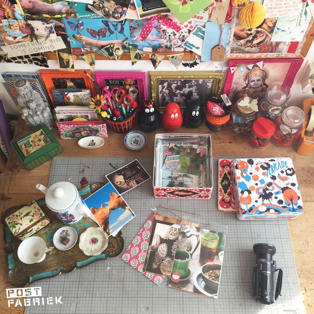 Het werkblad met mijn snij-mat en allerlei gereedschap en materiaal.