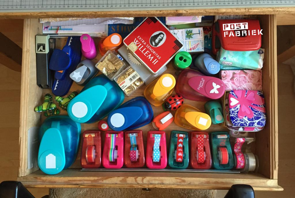Het bureau heeft een grote lade waarin ik ook een heleboel spulletjes kan bewaren