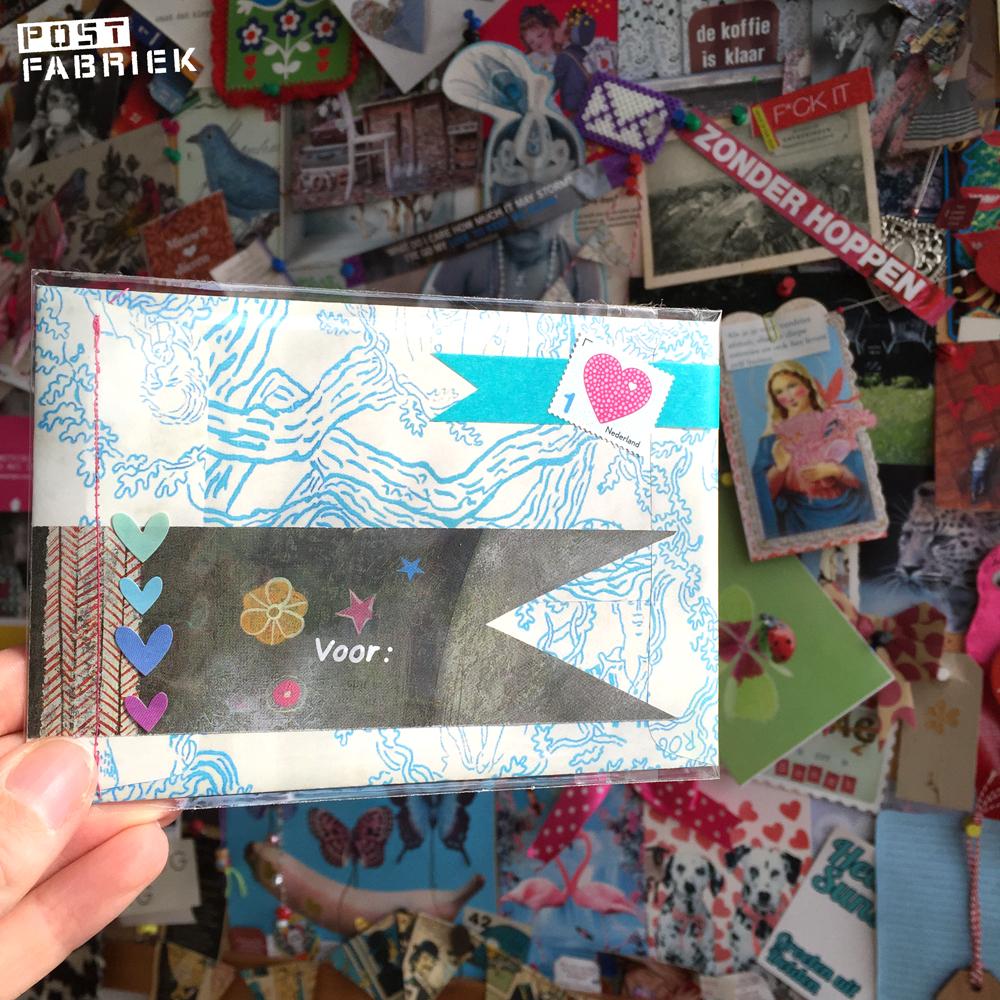 Een adreslabel vastgemaakt aan een envelop, met behulp van naaimachine.