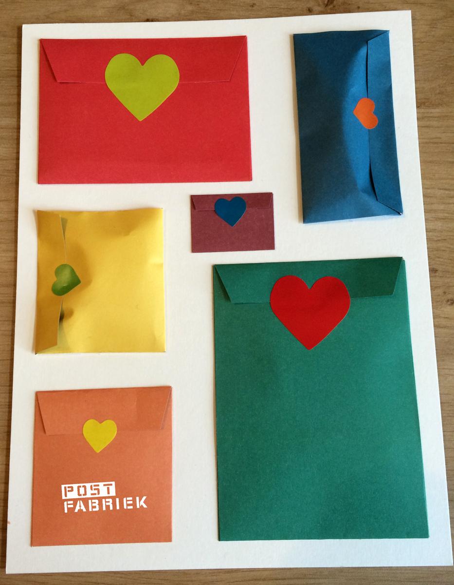 Alle envelopjes zijn gevuld en dicht geplakt met een hartjessticker
