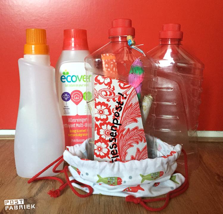 Flessenpost van lege schoonmaakmiddelflacons