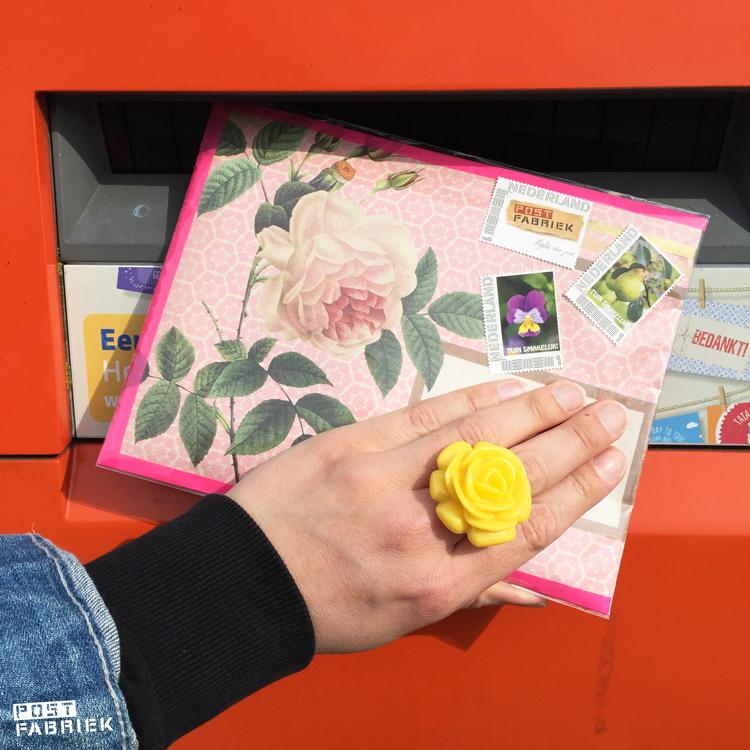 Envelop van Flow-schriftje in de brievenbus