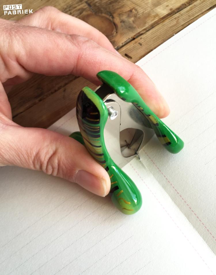 Voorzichtig de nietjes verwijderen met een ontnieter