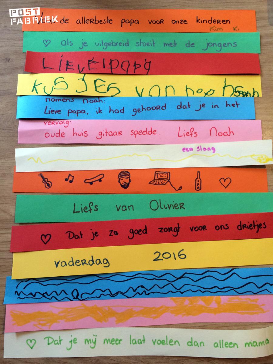 Strookjes papier versierd met woorden en tekeningetjes
