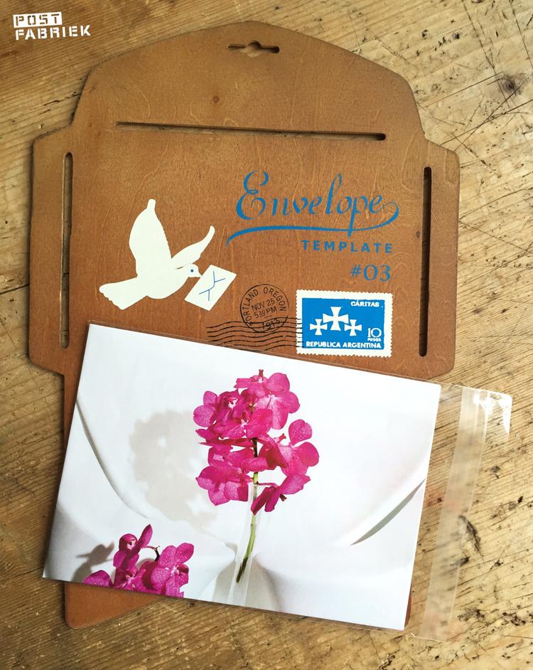 Enveloppen die je met deze mal maakt, passen perfect in wenskaartzakjes van Moniss met afmeting 118 x 163 mm