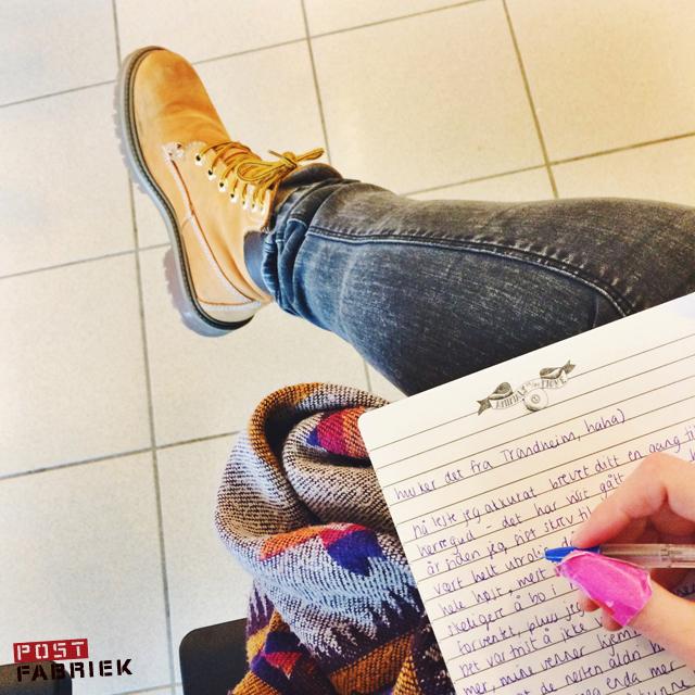 Schrijven op het vliegveld. Foto van Marlou