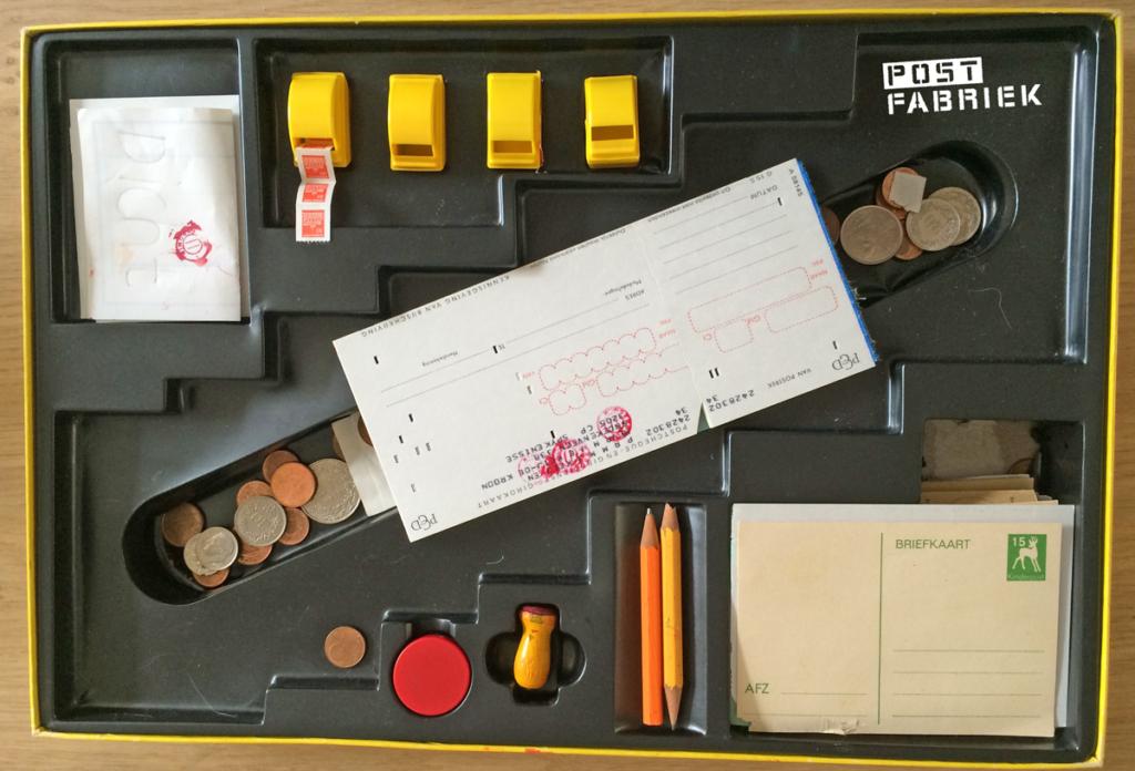 In de doos onder meer een mini poststempeltje en mini postzegeltjes
