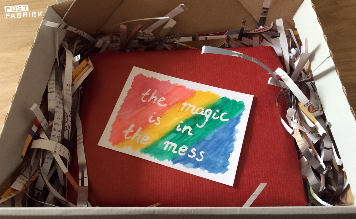 "Een pakketje met een kaart met daarop ""The Magic is in the Mess"""