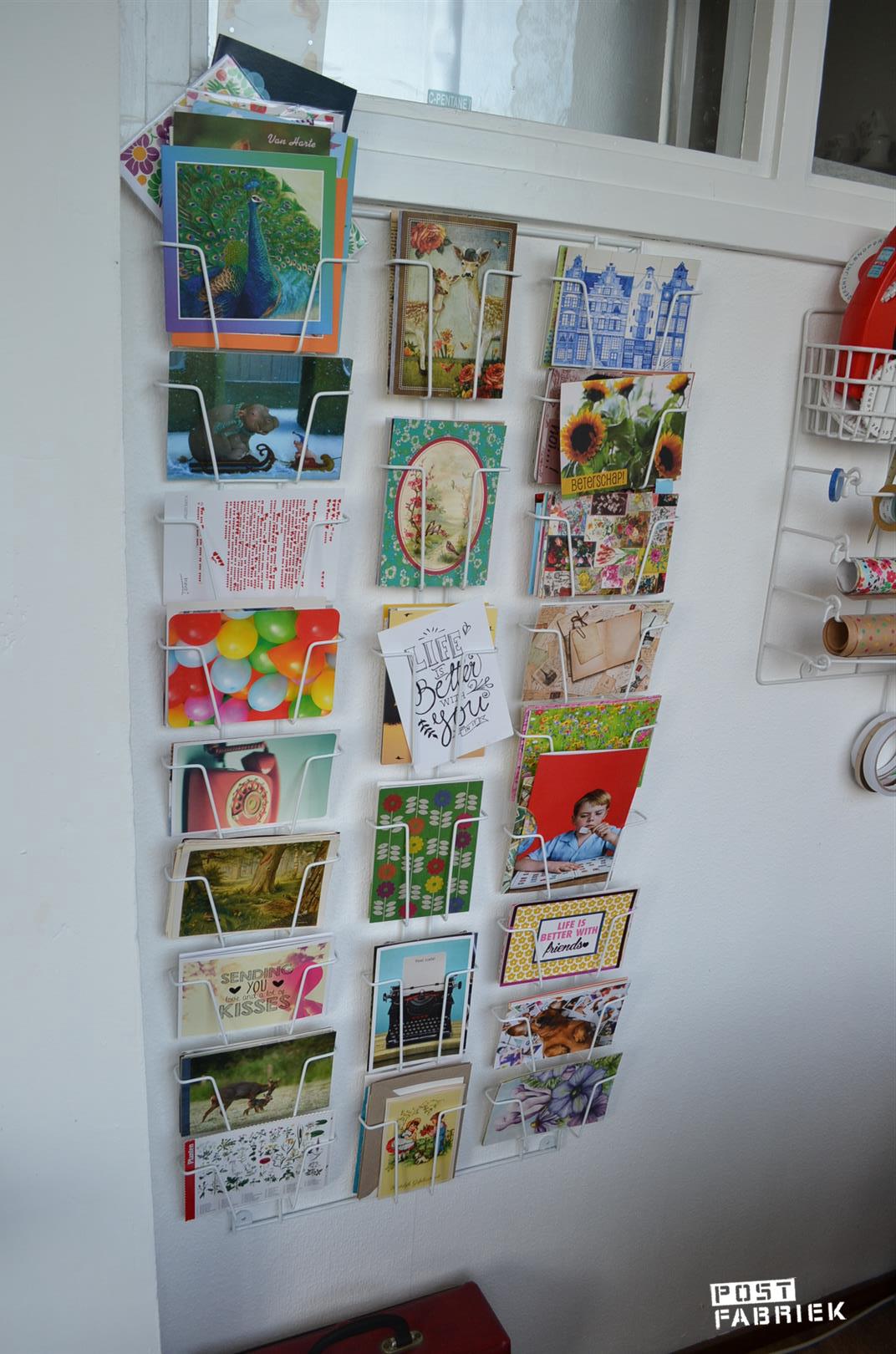 Kaartenrek met op thema gesorteerde kaarten
