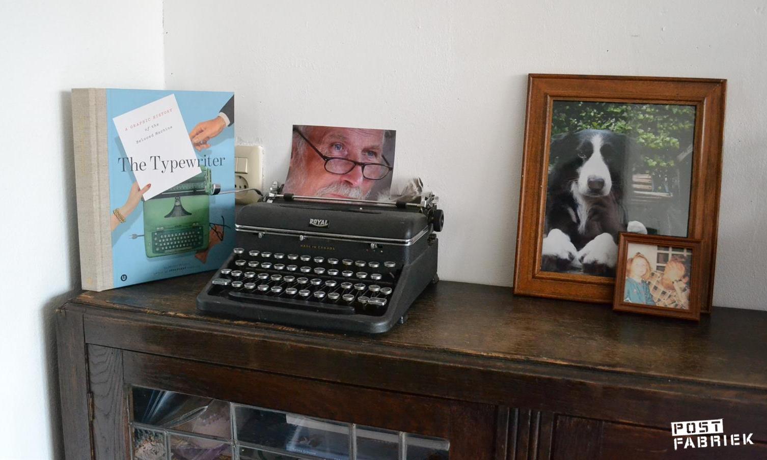 Typemachine op kast