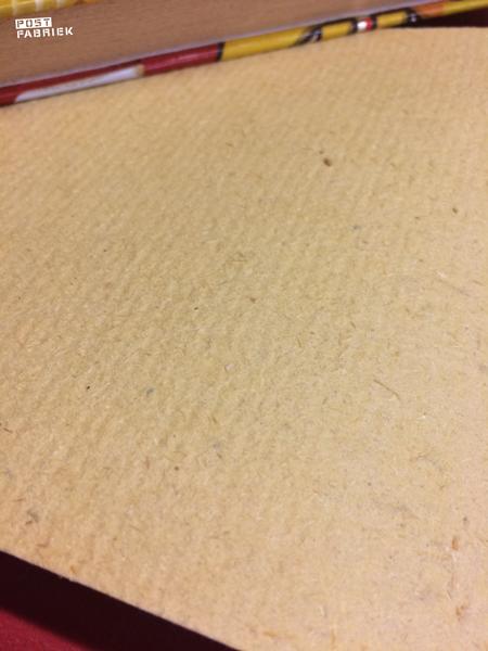 Het papier is van een ruwe, wat stevigere kwaliteit