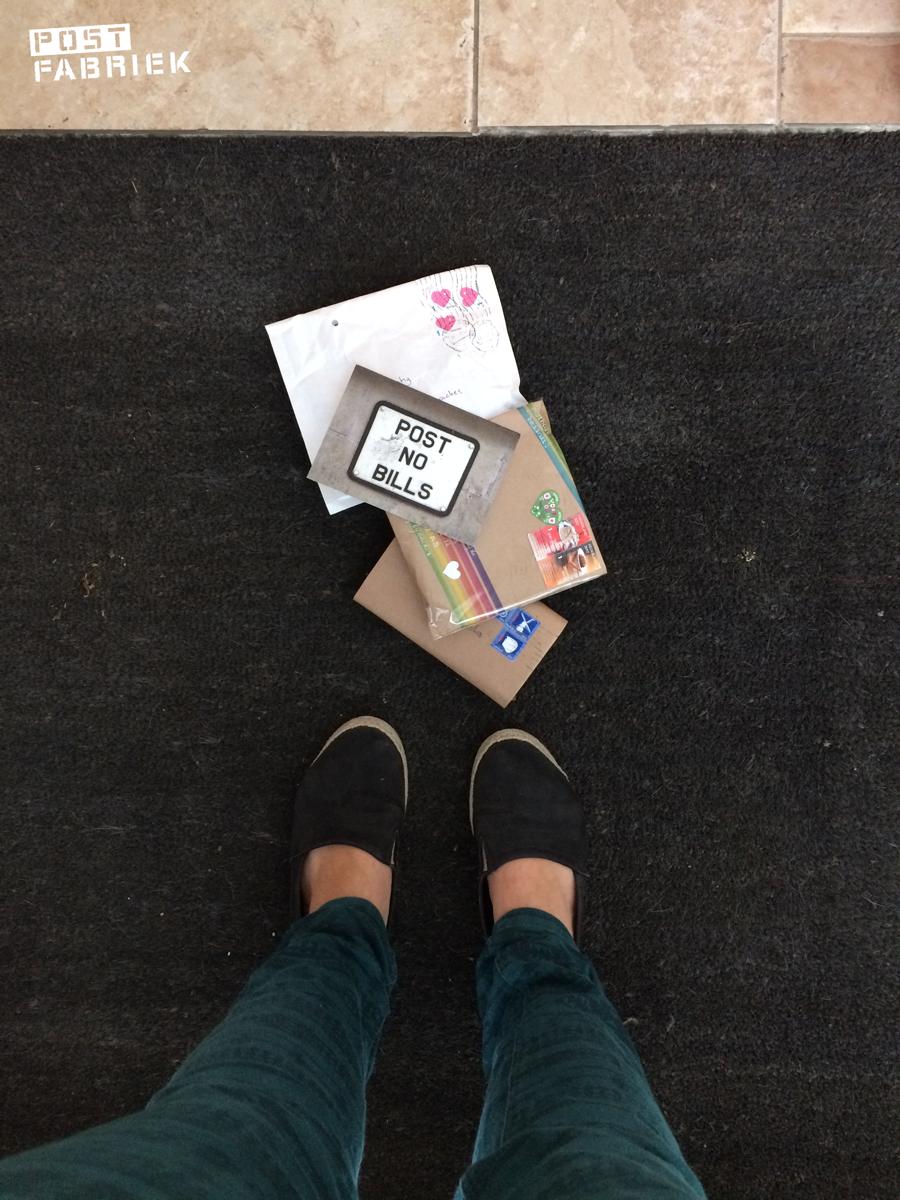 Stapeltje post op de deurmat