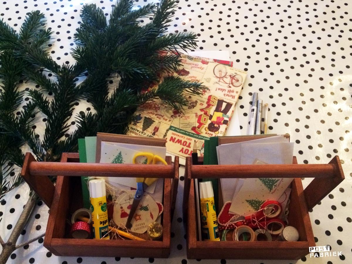 Bakjes met knutselspullen om kerstkaarten te maken