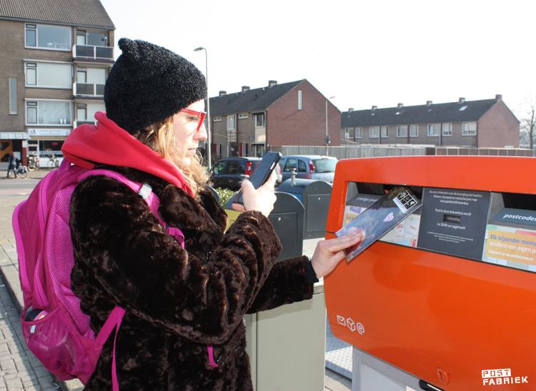 Nienke brengt haar eerste bijdrage voor Zusterhood naar de brievenbus