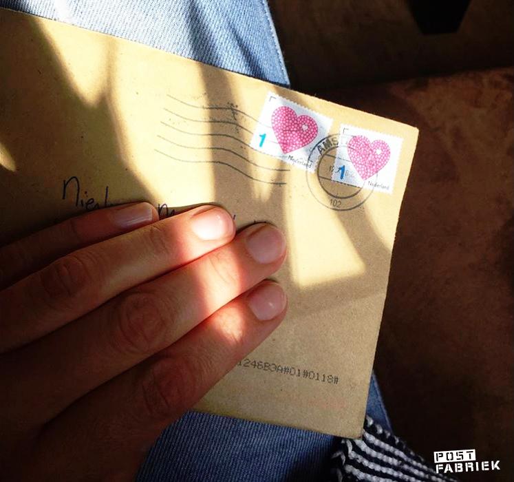Nienke met een brief van Kim in het zonnetje
