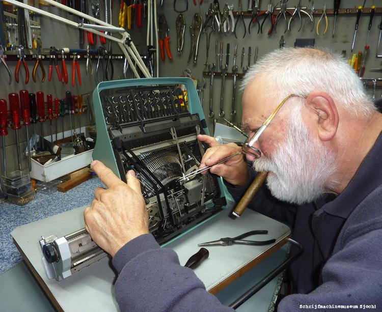 Ryk van Dijk aan het werk in zijn werkplaats in schrijfmachinemuseum Sjoch!