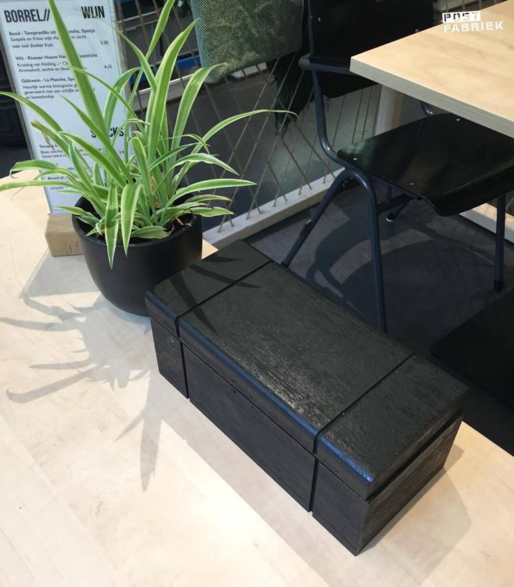 De black box op een tafeltje bij Sync Ok in Deventer
