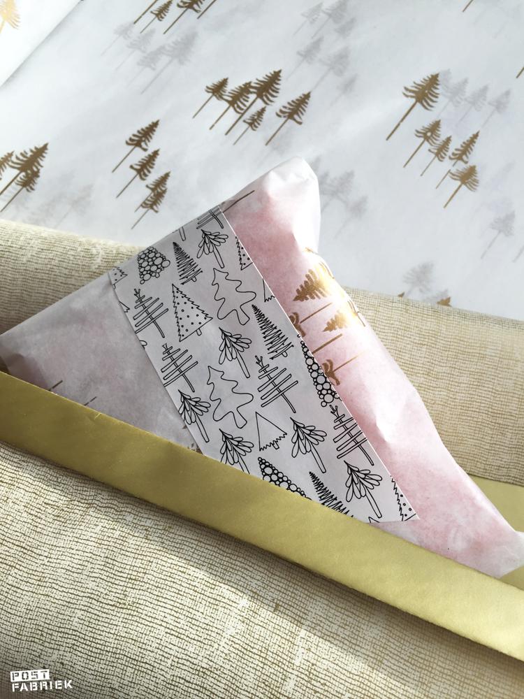 Cadeaupapier met een fabric look, vloeipapier met gouden boompjes en een langwerpige sticker met boompjes van Vlinders in je buik