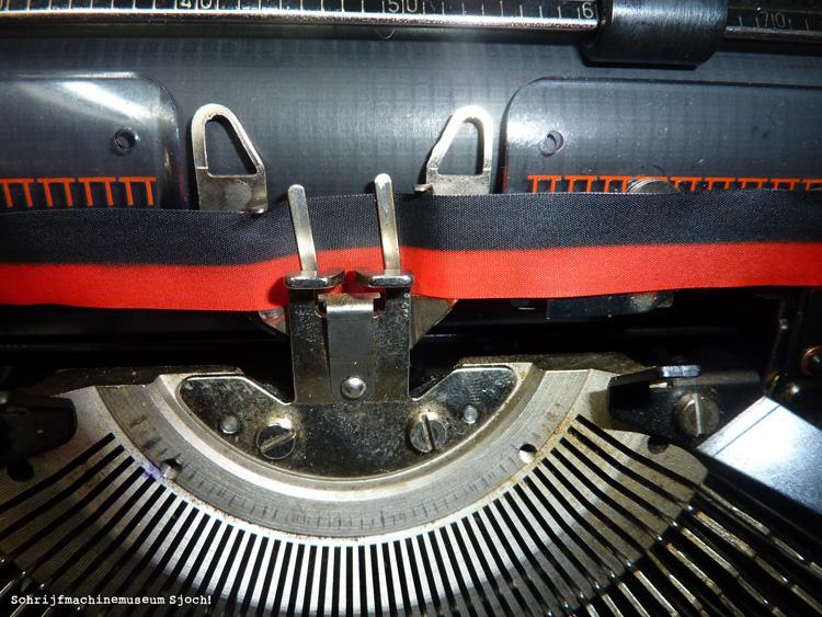 Op deze foto zit het nieuwe lint goed in de schrijfmachine; de klus is geklaard!