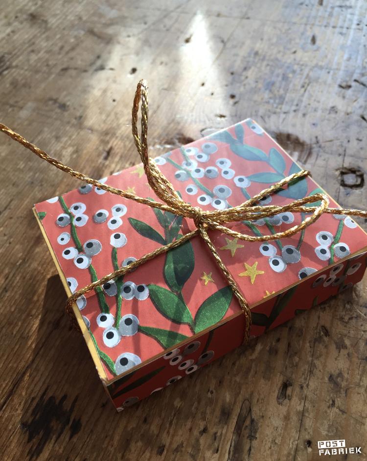Lege doosjes kan je met zo'n mooi papiertje omtoveren tot een luxe cadeauverpakking. Op de foto hierboven zie je een lucifersdoosje dat ik heb beplakt. Ideaal voor kleine cadeautjes!