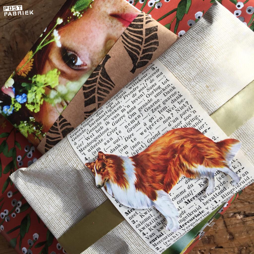 Een cadeautje dat ik heb ingepakt met het mooie cadeaupapier met fabric look en een pagina uit een oud woordenboek. En als kers op de taart een afbeelding van een hond die ik uit een oude encyclopedie knipte.