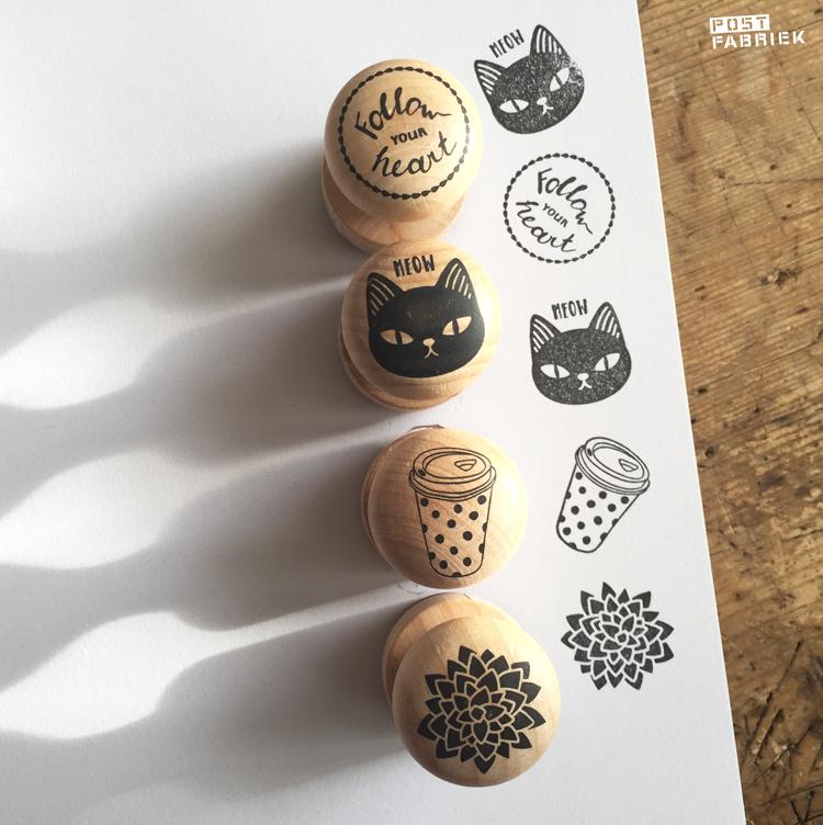 Kleine, ronde, houten stempeltjes van Action met een fijn prijsje. Een leuk cadeautje voor een postliefhebber