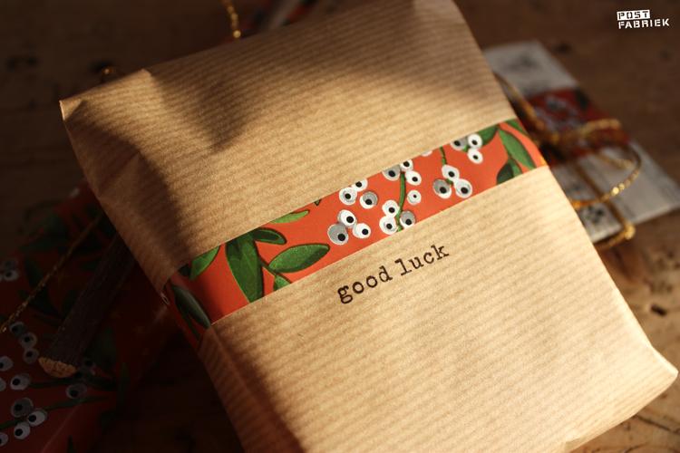 Dit cadeautje heb ik ingepakt met eenvoudig, bruin pakpapier. Door een strookje van het mooie papier toe te voegen is het een uniek pakje én past het bij het geheel. De tekst 'good luck' stempelde ik erop met een stempel van Perlenfischer.
