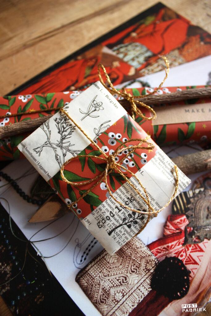 De verschillende pakjes vormen samen een geheel. Het mooie papier dat Winter flowers heet is te koop bij Vlinders in je buik. De stempel van het takje kocht ik bij Dille & Kamille, de stempel met de tekst 'good luck' is van Perlenfischer.