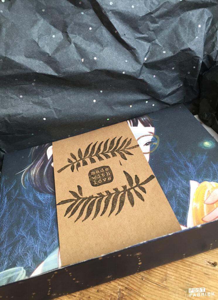 In het brievenbusdoosje zitten zelf gevouwen enveloppen die ik heb samengebonden met een strook papier. De strook is versierd met stempels van Dille & Kamille en Perlenfischer.