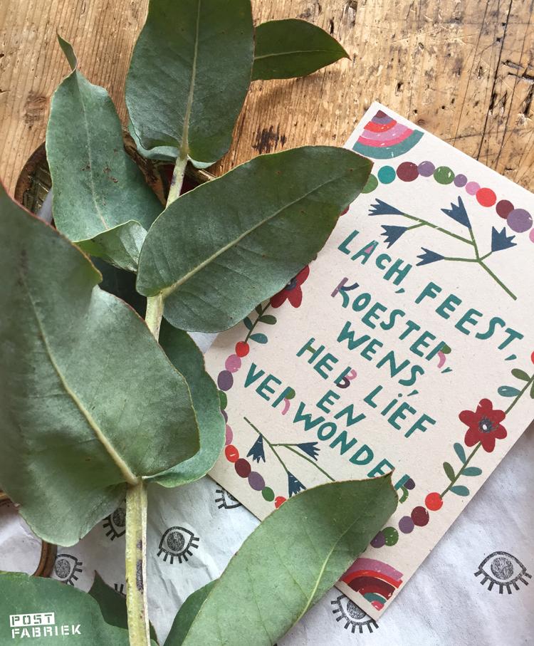 Ansichtkaart met de tekst 'lach, feest, koester, wens, heb lief en verwonder' van Zintenz