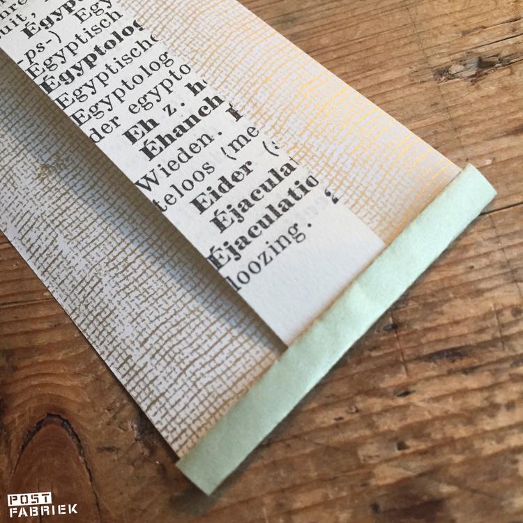 Een strook van het mooie cadeaupapier met een fabric look gecombineerd met een strook uit een oud woordenboek. Voor de oplettende kijker: als je oude woordenboeken gebruikt bij het verpakken van je cadeautjes, is vooraf lezen een goed idee. 😉