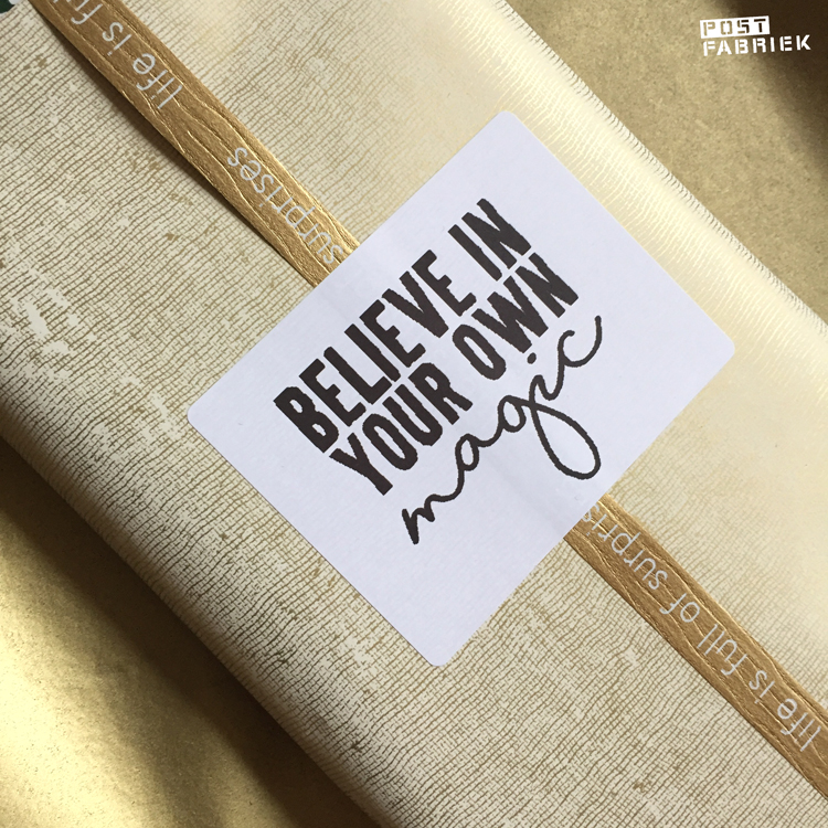 Sticker met de tekst 'Believe in your own magic'.