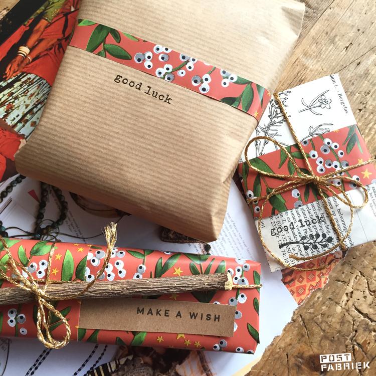 Drie verschillende pakjes vormen samen in geheel door voor elk pakje een stukje van het mooie Winter flowers papier te gebruiken. Linkjes naar de verschillende producten vind je in dit blog.