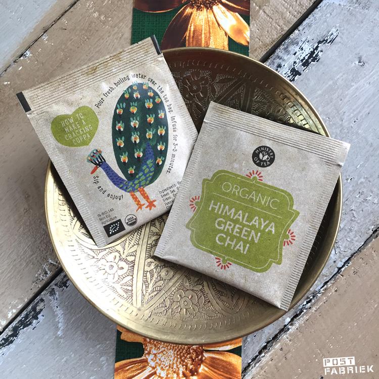 Achterop op het apart verpakte theezakje van Himalaya Green Tea staat een illustratie van een pauw