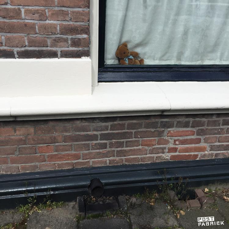 Een beertje voor het raam in Hengelo voor de berenjacht die nu in meerdere landen gaande is.