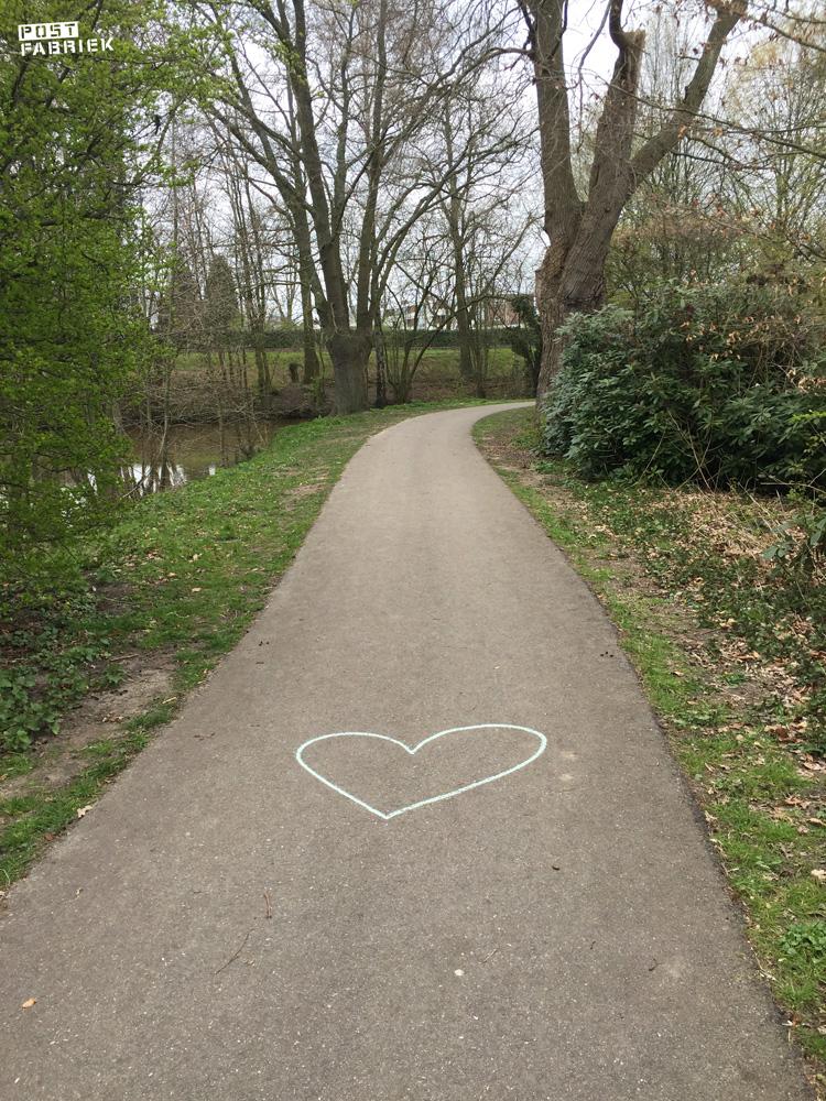 Een hartje op straat om alle voorbijgangers een hart onder de riem te steken in deze onzekere tijd